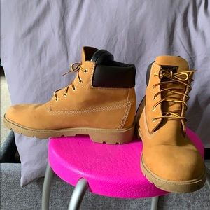 Timberland 6 inch Classic Boots. EUC. 7